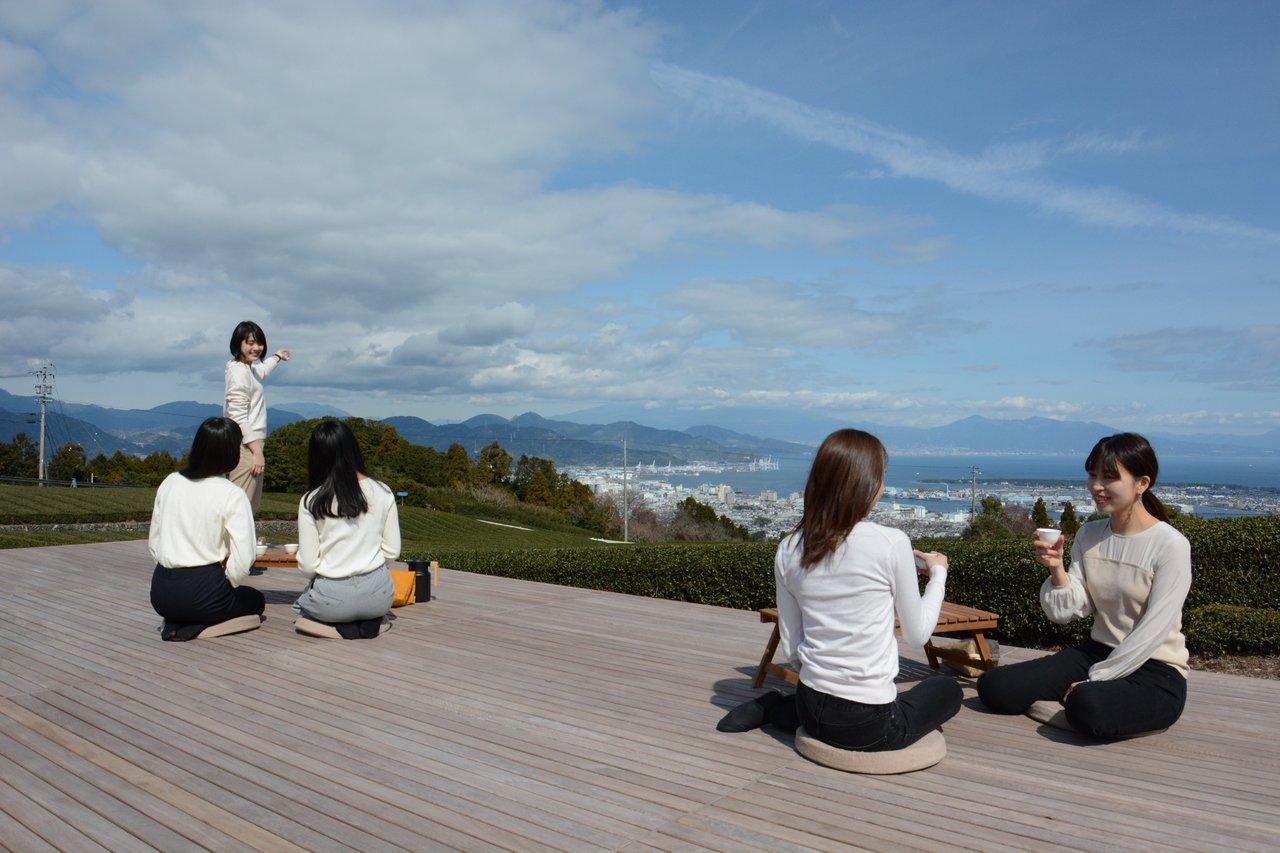 """お茶畑の真ん中にある""""茶の間""""で、絶景と淹れたてのお茶を楽しむ極上プラン「全景の茶の間」・日本平に春の新サービス 4月1日より登場"""