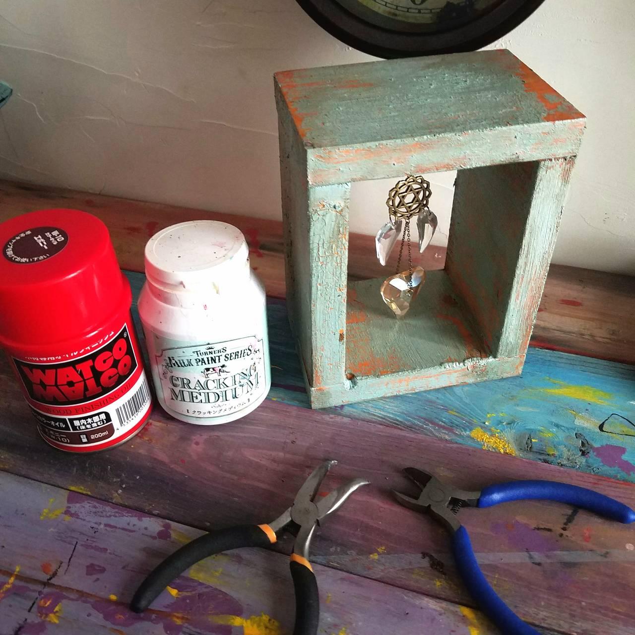 DIYでクラッキング加工に挑戦したい方にもオススメ。いつもの塗料にほんの一手間でできる。 *りもの*ドロップのクラックの入ったアンティーク風置き型サンキャッチャーを作る為の道具。【連載#道具箱】