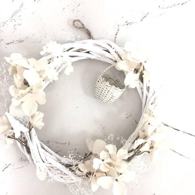 かご付きホワイトなクリスマスリースです♪