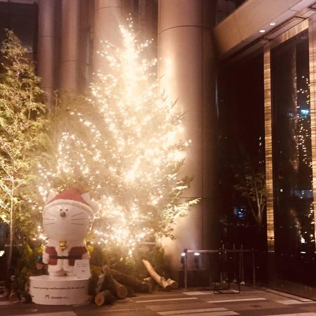 大きなクリスマスツリーと一緒
