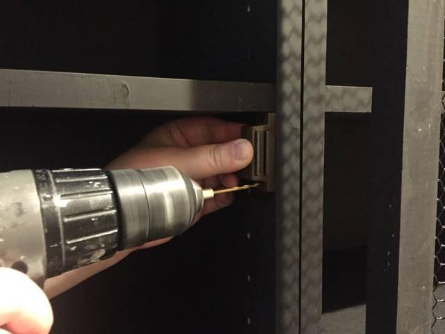 ドリルで磁石部分をつけました。