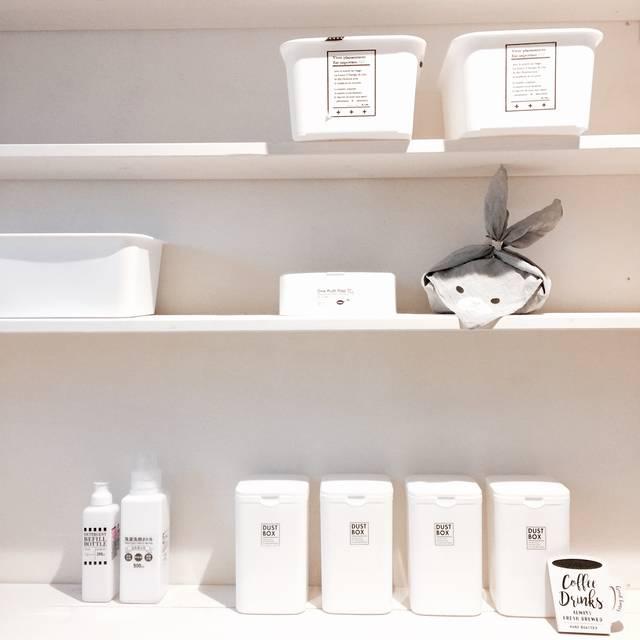 ホワイトな収納棚にすっきり綺麗に整理整頓