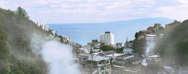熱川駅と湯けむり