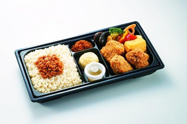 国産若鶏おかか衣の唐揚げ・そぼろ弁当 880円(税込)
