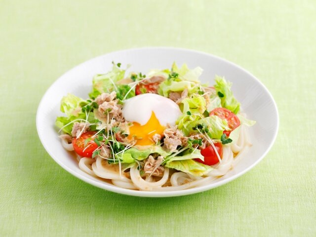 ツナと半熟たまごのサラダうどん (めんつゆ+ツナ缶+ス...