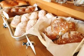 東口にある、OTTO CAFEさんの 『自家製パン』 162円〜が人気!