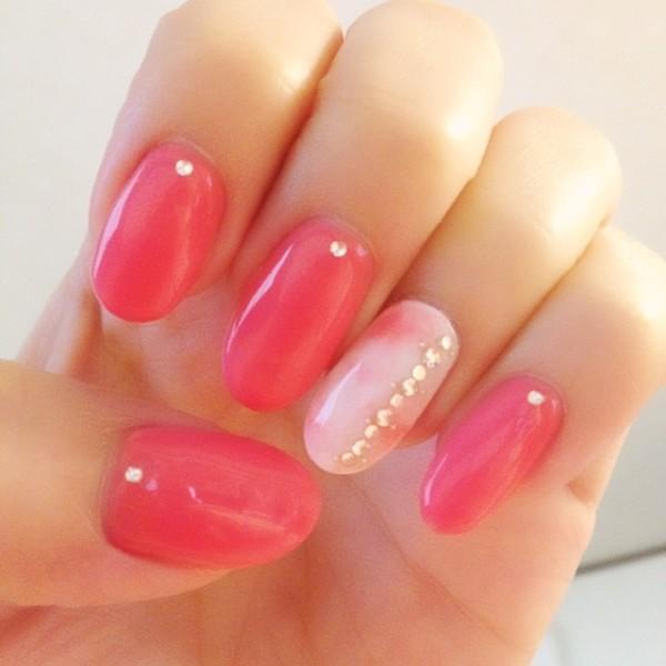 薬指だけタイダイ柄のピンク蛍光ネイル