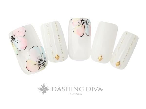 淡いカラーの花柄ネイル