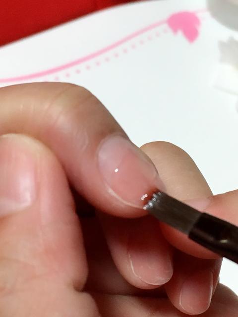 ②まずは爪の半分より下を塗る♬