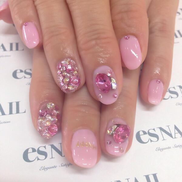 ピンクのビジューネイル