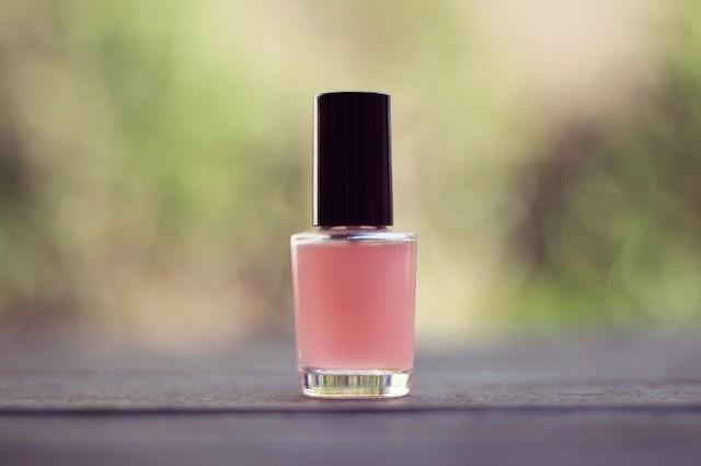 ピンクのマニキュアの瓶のフリー写真画像|GIRLY DROP (12099)
