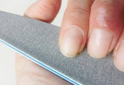 1.やすりを使って爪の形を整える