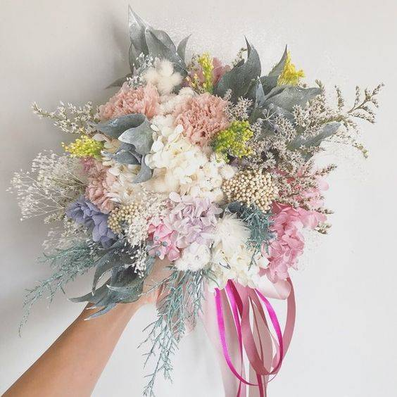霞みがかった印象の儚げで繊細なbouquet…♡ 複雑な色味を入れつつも、優しい色合いがまとまりを持ち、ワンランク上の表情を出してくれています꒰๑´•.̫ • `๑꒱シャギーな質感のタタリカをメインに、カーネーションとクリームホワイトの小花達…♡カラーグラデーションがキレイなアジサイ*ふわふわ… | Pinteres… (19191)