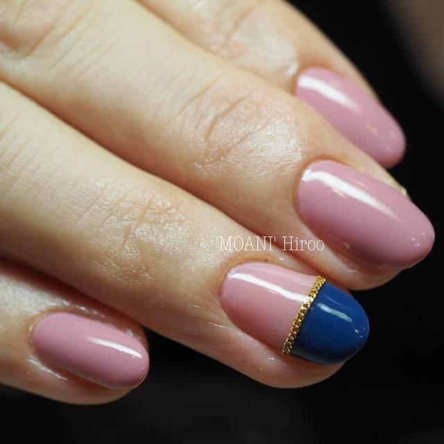 40.指し色がポイントのバイカラーネイル