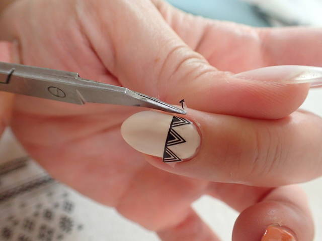 2.爪の大きさに合わせてシールをカットする