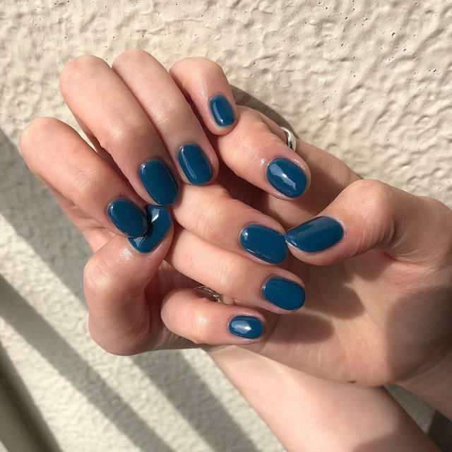 1.深いブルーの単色ネイル