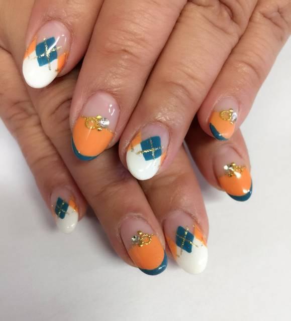 30.オレンジとブルーの珍しいアーガイルネイル