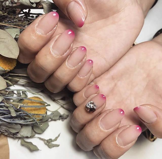 8. 爪先にぽっとでるピンクおフェロネイル
