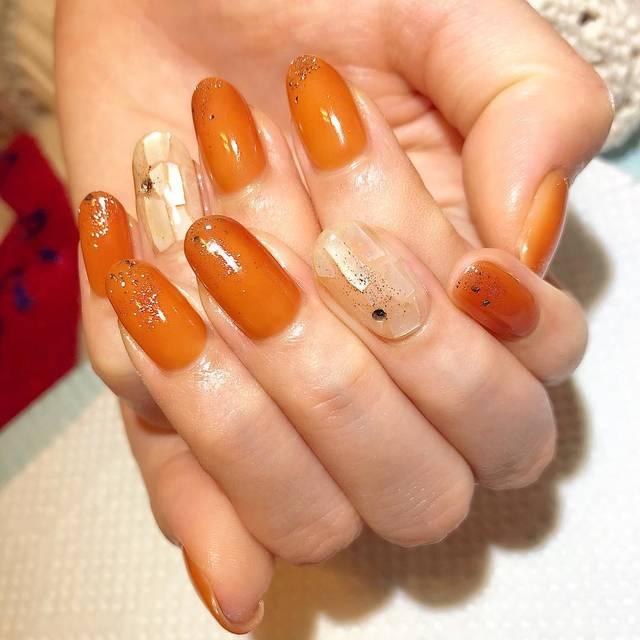 25. お洒落な色合いのオレンジおフェロネイル