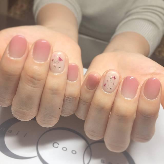 6. ピンクグラデ×押し花で旬のフラワーネイル