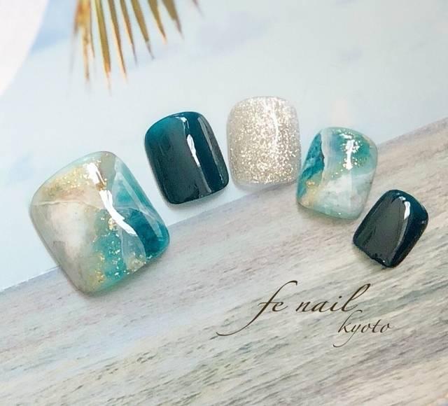 10.ブルーグリーン×シルバーの天然石フットネイル