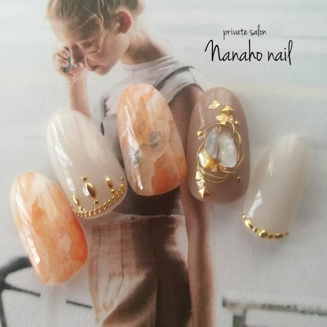 22.ベージュ×オレンジの天然石ネイル