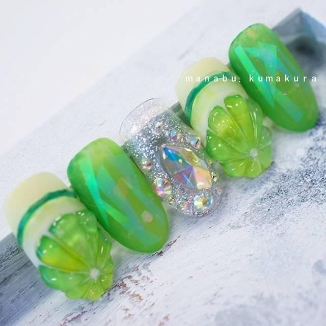 48.グリーンが印象的なフルーツネイル