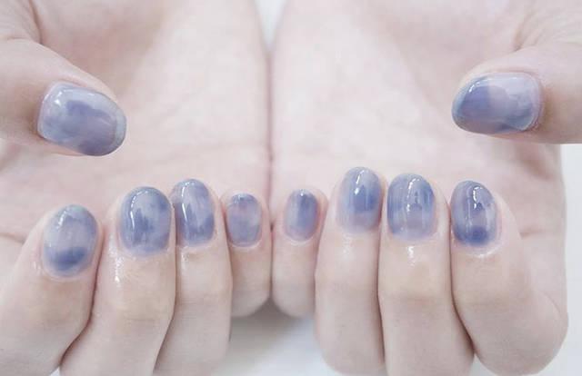 24. 淡いブルーのジューシーネイル