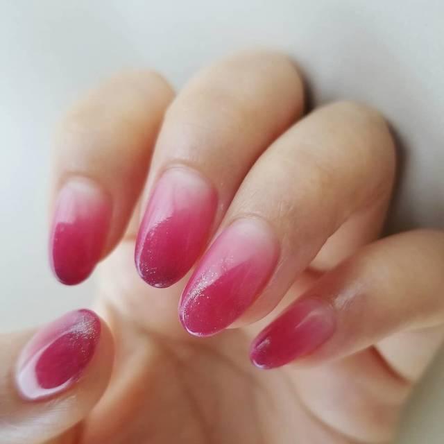 27.ピンクのグラデーションネイル