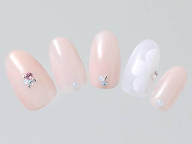 28.ホワイト×ピンク×フラワーで春のデートネイル