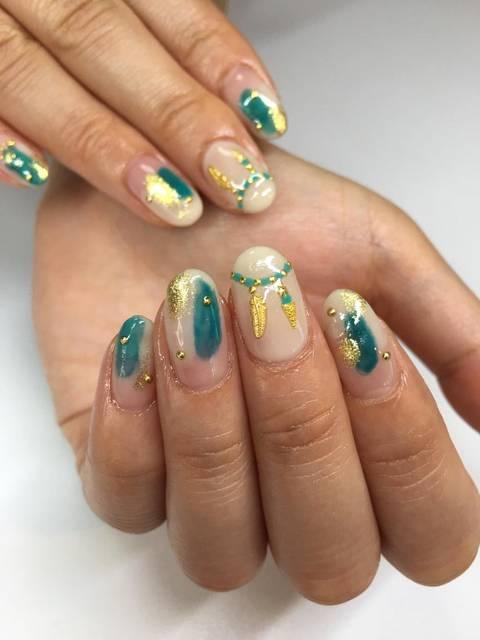 フェザーパーツを使用した夏ネイル✨お客様のお持ち込みデザイン。|glow_nail所属・山川恵のネイルデザイン|ミニモ (38447)