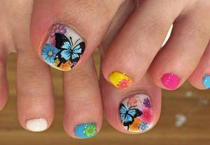 18.蝶が映える手描きアートネイル