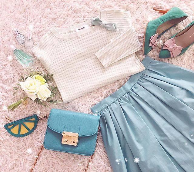 """acca on Instagram: """". こんばんは🌜. . この春グリーンが気になってるけど 私グリーンって苦手なカラーなんです💦. 服ではあまり買わないし、インテリアにも取り入れてなくて観葉植物も置いてない🌱. . アプのブーケスカートを買うときも葉っぱの色が気になるなって思ってちょっと迷いました🙊w. .…"""" (19975)"""