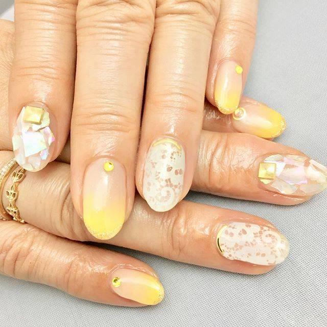 """yoshiko Kanei on Instagram: """"#nail #nailstagram #パールベージュネイル #イエローグラデ #シェルネイル #クリアネイル #フラワーレースネイル #スワロフスキー#スタッズネイル #springnails"""" (20248)"""