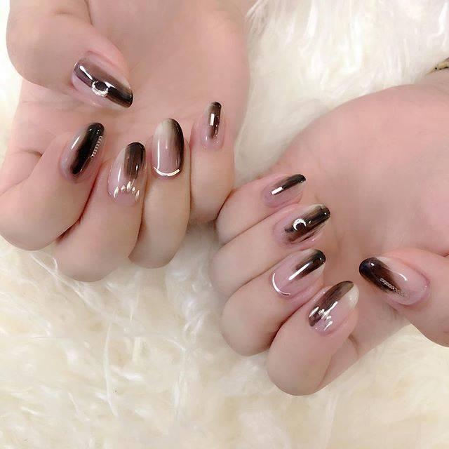 "HARU | 岩井 悠 【いわい はるか】 on Instagram: "". . ✔️ chocolate black 🌛 by #HARU . チョコレートブラウンをニュアンスベースに シルバーを無造作に合わせて。 クリアな抜け感デザイン。 . #nail #nails #nailstagram #brown #gelnail #nailart…"" (20725)"