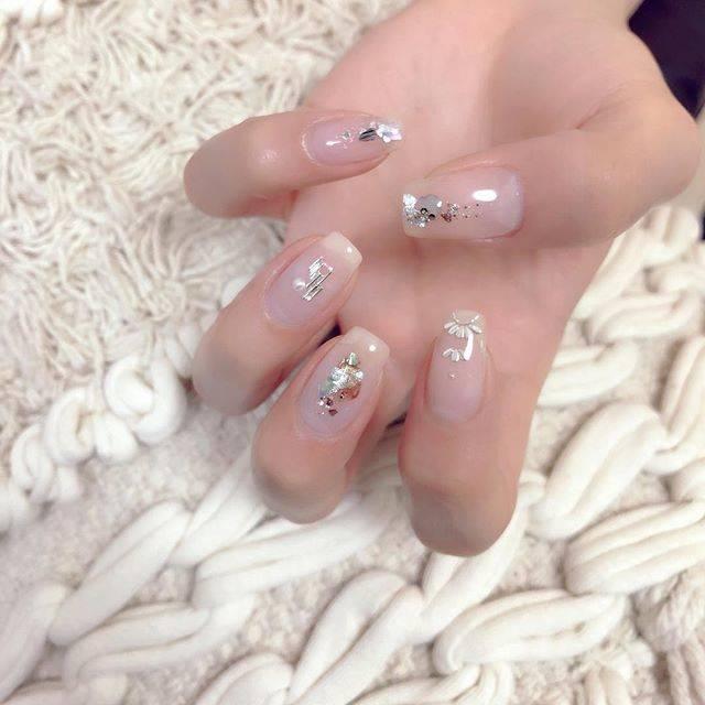 "HARU   岩井 悠 【いわい はるか】 on Instagram: "". . ✔ clear silver 🕯 by #HARU . クリアグレージュに シェル、シルバーリーフのニュアンスアート シルバーパーツを合わせた抜け感デザイン。 . #nail #nails #nailgram #nailart #nailswag #gelnails…"" (20825)"