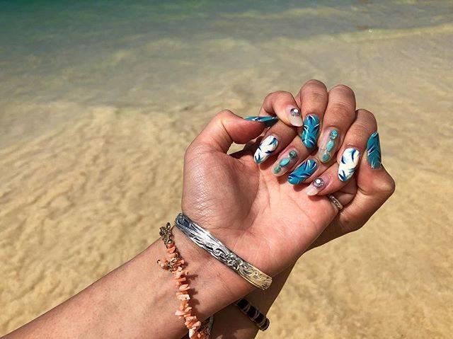 """Shiori🐚24 on Instagram: """"ハワイネイル💠 ブルーボタニカルとターコイズ🦋 それとひさびさにクリアネイル入れたら可愛い😇♡ バングル購入💓さすが本場ハワジュ安い☺︎🌴 . #hawaii #ハワイ #beach #ビーチネイル #ネイル #夏ネイル #南国 #南国ネイル #ターコイズネイル…"""" (20881)"""