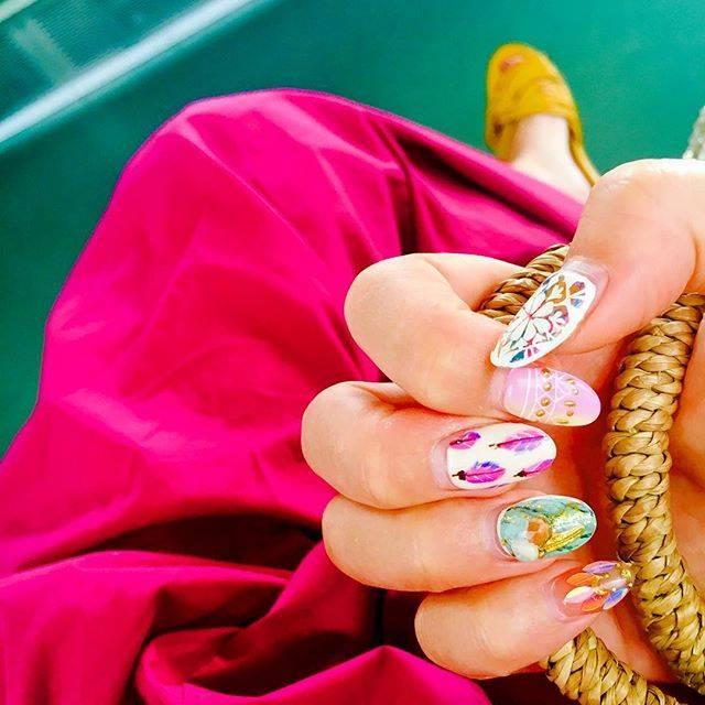 """Hitomi on Instagram: """"夏ネイルそろそろ終わりやなぁ。。 次は秋に向けてどんなんしよかなぁ😋✨✨ 電車のシートとhitomiのパンツ👖が同色やったのは内緒ww  今から22歳のかわい子ちゃんと tea time🌴  いってきまーす😊  #STYLE  #担当Lisa #羽根ネイル…"""" (20993)"""