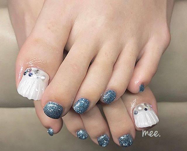 "мiнღ on Instagram: ""まっすぅのフットネイルちゃん💙💙 白ベースのマーメイドかわゆい🧜♀️💘 #nail #nails #nailist #nailstagram #art #footnail #3dnail #mermaid #glitternails #ネイルアート #3dネイル #3dアート…"" (21106)"