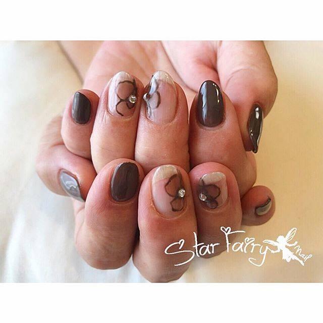 """tajima yuki on Instagram: """"#お花ネイル #🌼 #💅 . #nail#nails#ジェルネイル #simplenails#シンプルネイル #花柄ネイル #nailart#🎨 #ネイルアート #手描きネイル #brownnails #ブラウンネイル #チョコガナッシュ #🍫 #クリアネイル #ストーンネイル…"""" (21274)"""