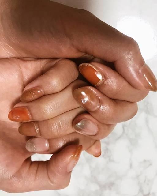 佐々 夏紀さんはInstagramを利用しています:「Kanako nail 🍁 . . 先月から言ってたとおりオレンジネイル!!クリアとブラウン混ぜたり乗せるパーツはシンプルにして大人めに♥ . . ミラーはグラデっぽく!ミラーネイルって初めてのときほんと感動するよね!期待どおりの反応してくれたかなこちゃんでした︎☺︎ . .…」 (21941)