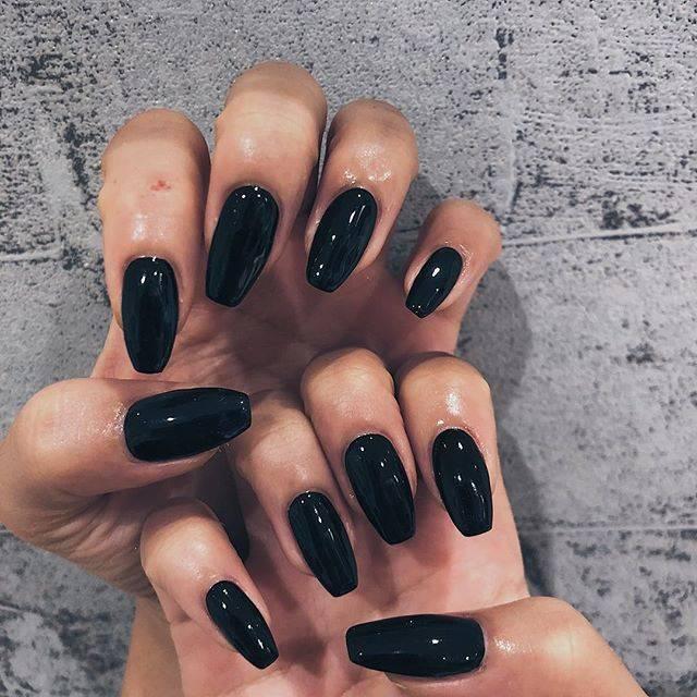 """kazuki on Instagram: """"やはり黒は落ち着きますね。。性格悪そうな色🤢🤢...次はマットにしよ〜...#自己満ネイル#スクエアネイル #ブラックネイル #kzknails..#左手の人差し指の傷は#階段でこけたときの"""" (22412)"""