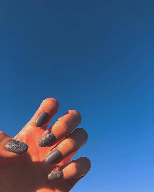 28.シンプルブルー水滴ネイル
