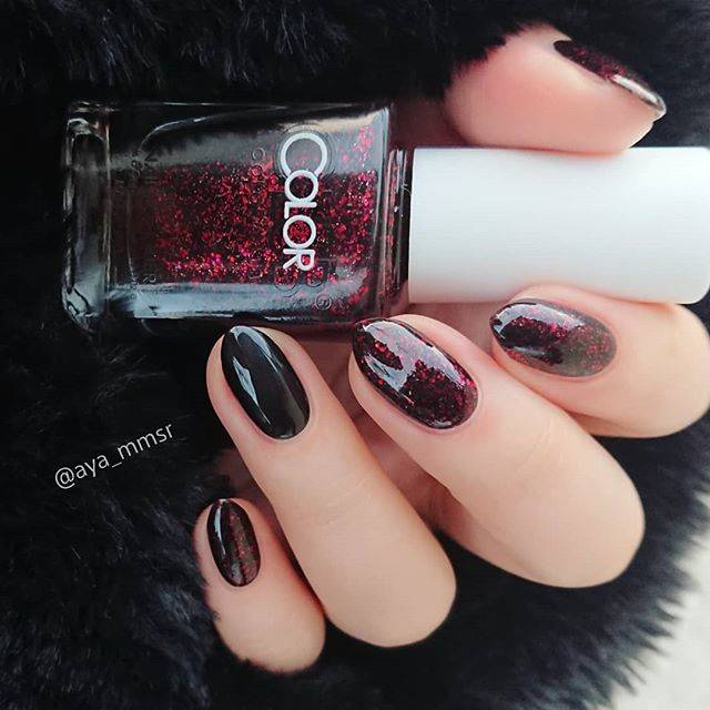 """アヤ/セルフネイル 🇯🇵 on Instagram: """"イメージは魔女♥もしくはヴァンパイア?  holidayシーズンの新色ラッシュですね🎁  こちらはお馴染みのカラークラブ。 冬の新色のレッドコレクションから D224 Crimson Crush です。  薬指だけベーシックな黒を塗って、ポイントに。…"""" (25968)"""