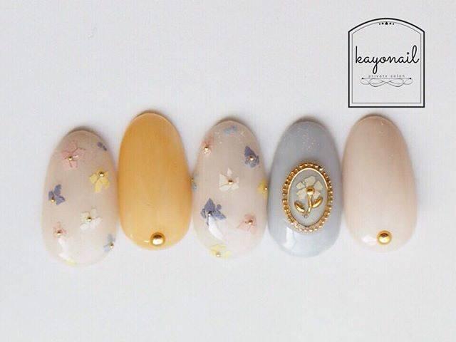 """Kayo nail on Instagram: """". 小花ネイル♡ #色のカケラ の色合いがタイプすぎる💓 . 細かく砕くのも簡単だし扱いやすい♡ . #nails #nail#nailart #nailstagram #ネイル#ジェル#ジェルネイル…"""" (26241)"""