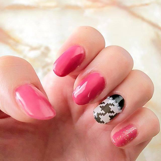 21.ピンク×モノクロ千鳥格子ネイル