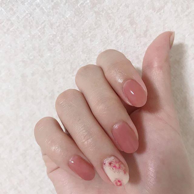 44.シンプル花柄ネイル