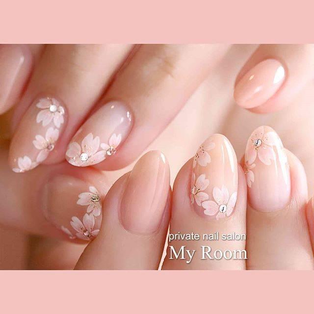 """吉田有香☆nail salon MyRoom(マイルーム) on Instagram: """"こちらも明日挙式のお客様のブライダルネイル✨ 和装に合わせてやはり桜ですが、こちらはちいさな淡いピンクの桜を散りばめた、はんなりやわらかな印象の桜でした🌸…"""" (30965)"""