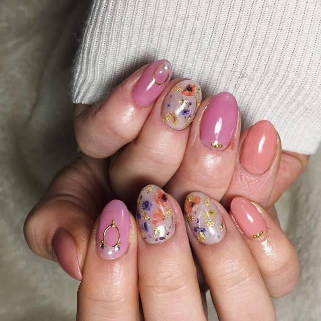 10. 複数ピンクにカラフル押し花のフラワーネイル