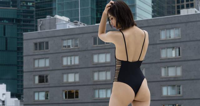山谷花純 美背中・美尻を大胆露出!半年ぶりにセクシーショット満載のグラビアを公開!